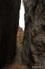 Interior de la grieta y cuesta de piedras